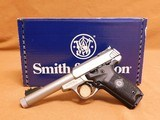 Smith & Wesson SW22 Victory Threaded Barrel 10201 - 1 of 16