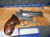 SMITH & WESSON 686 - 2 of 2